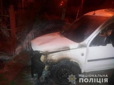 У Чернівцях поліція затримала психічно хворого чоловіка, який підпалив авто сусіда
