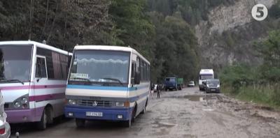 Жителі Прикарпаття уже другий день перекривають дорогу на Чернівці - відео