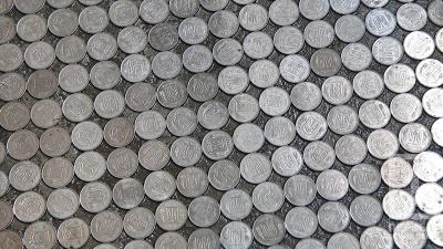 Дешевше за лінолеум: школярі виклали підлогу класу монетами по 5 копійок