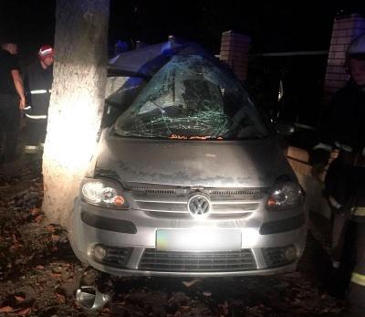 Вночі у Чернівцях іномарка врізалась у дерево: загинув 25-річний пасажир