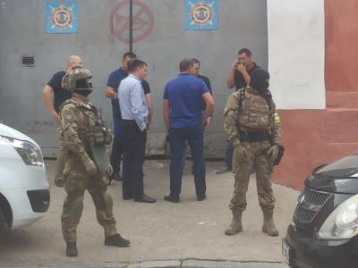Маски-шоу в центрі Чернівців: озброєні КОРДівці затримали 5 осіб - фото