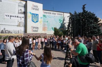 У Чернівцях журналісти вшанували пам'ять Гонгадзе та всіх загиблих колег - фото