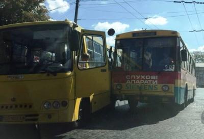 У центрі Чернівців тролейбус зіткнувся з маршруткою - фото