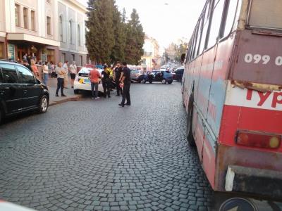 У центрі Чернівців зіткнулись 5 легковиків: через ДТП не курсують тролейбуси - фото