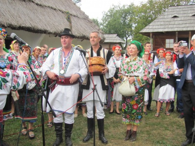 Викуп нареченої та частування калачами: у Чернівцях показали давнє весілля - фото