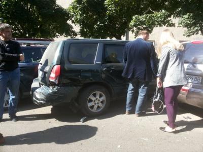 «Хотів відчути життя»: у Чернівцях водій на викрадених «Жигулях» протаранив 9 автівок
