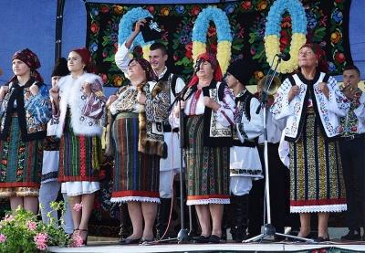 Село на Буковині, де «зростає добробут і збільшується народжуваність», відзначило ювілей