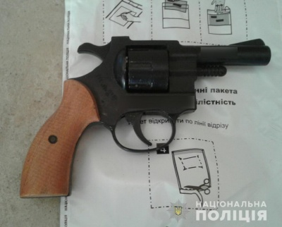 Граната, револьвери та набої: на Буковині поліцейські продовжують вилучати зброю та бойові припаси