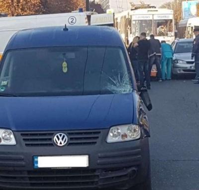 У Чернівцях біля автовокзалу збили жінку