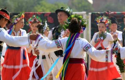 Національні костюми, коровай і наливки: у селі на Буковині відтворили стародавнє весілля - фото