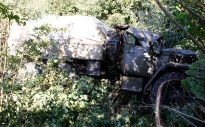 З'їхав з дороги: на Буковині перекинулась вантажівка, яка буксирувала БТР - фото