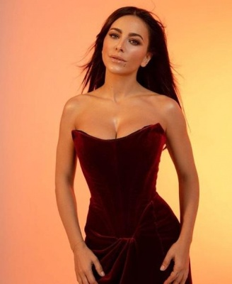 Співачка з Буковини показала груди у відвертому декольте - фото