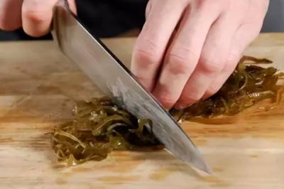 10 тисяч гривень за нарізання овочів для салатів: у центрі зайнятості назвали найбільш потрібні професії на Буковині
