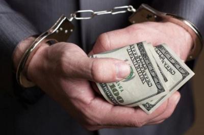 Обіцяв не перевіряти: на Буковині за хабар 2400 доларів затримали контролера якості ліків - фото