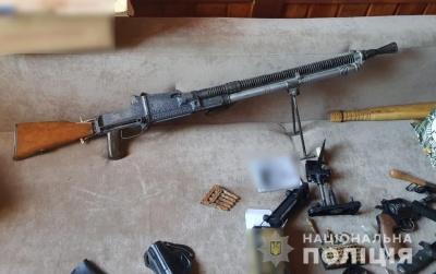 Кулемет, дві гранати та револьвер: правоохоронці виявили у буковинців вдома арсенал зброї - фото