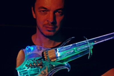 Впервые в Черновцах: известный музыкант сыграет в филармонии на стеклянной скрипке - видео