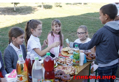 На Буковині школярі продавали смаколики, щоб допомогти хворій учениці - фото