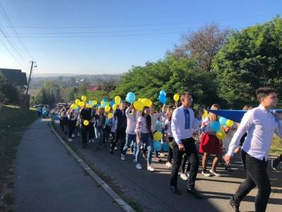 На Буковині громада взяла участь у Марші миру, аби помолитися за хлопців, що воюють на Сході