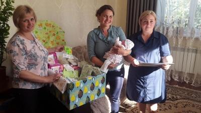 «Первой получила Лизочка»: на Буковине семь  'ям вручили первые «пакеты малыша» - фото