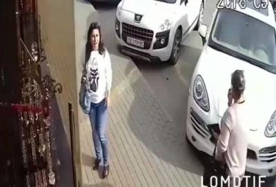 Діяла бригада з п'яти жінок: у Чернівцях обікрали салон гардин - відео