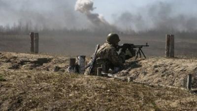 Доба на Донбасі: десятки обстрілів, одного військового поранили