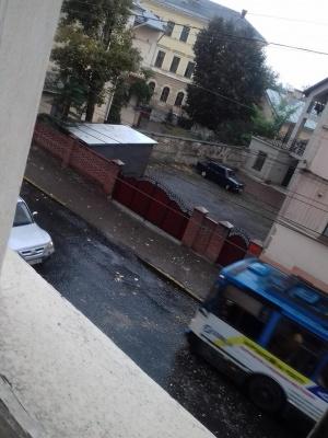 Негода в Чернівцях: через сильний вітер у центрі міста з будинку посипалась штукатурка
