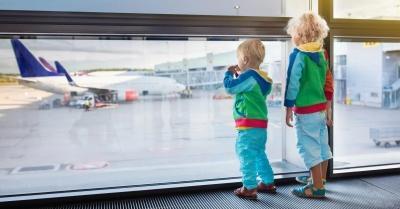В аеропорту Чернівців затримали жінку, яка намагалась вивезти трьох малих дітей за «липовими документами»