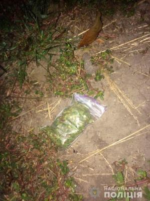 Буковинець намагався викинути наркотики з автівки, поки поліція перевіряла документи у водія