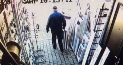 У Чернівцях пенсіонер за 5 секунд викрав вікно з магазину на Калинівському ринку - відео