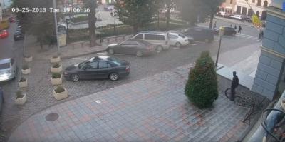 У Чернівцях біля входу в мерію з велосипеда невідомий вкрав колесо - відео