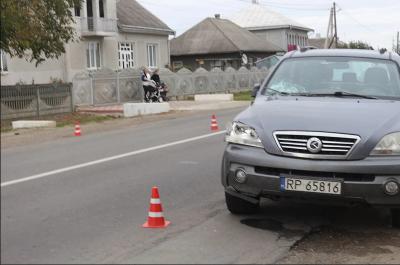 Йшли узбіччям: на Буковині джип збив двох пішоходів