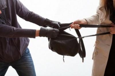 Викрав сумку у перехожої: у Чернівцях на 4 роки засудили чоловіка за пограбування