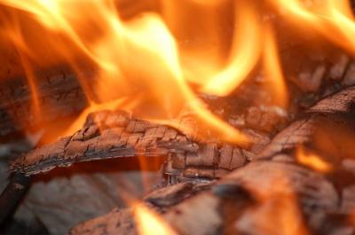 Розпалили вогонь у печі: На Буковині ледь не згоріла господарська будівля