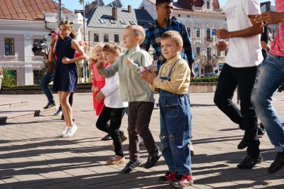 На Центральній площі Чернівців відбувся концерт до Дня всиновлення