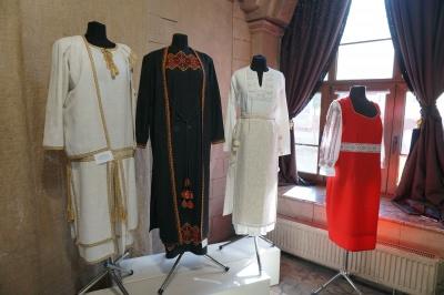 """Вишиті сорочки та ювелірні прикраси: у «Вернісажі» презентували виставку """"Від Землі – до Сонця"""""""