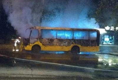 У Чернівцях посеред ночі вщент згоріла маршрутка - фото, відео