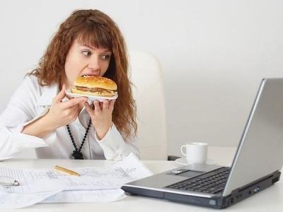 Дієтологи розповіли, як правильно харчуватися при сидячій роботі
