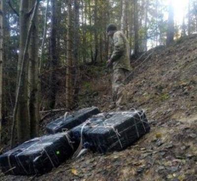 На Буковині контрабандисти під час втечі в горах покинули 15 тис пачок цигарок