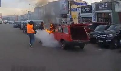 У Чернівцях раптово загорівся легковик: очевидці кинулись гасити полум'я - відео