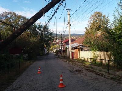 У центрі Чернівців обвалився старий телеграфний стовп - фото