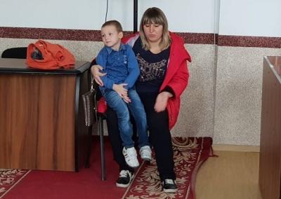 «Била по личку і ніжках»: на Буковині виховательку дитсадка звинуватили в жорстокому побитті 4-річного хлопчика