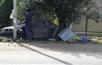 На Буковині BMW на «бляхах» протаранив паркан і збив на смерть жінку - фото