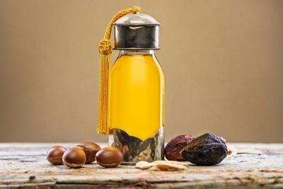 Забудьте про ножиці: натуральні олії для волосся, які врятують посічені кінчики