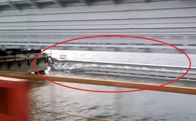 Впав один з прольотів залізничної частини Керченського мосту - відео