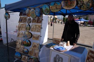 На площі Пресвятої Марії кують паркан у подарунок Чернівцям - фото