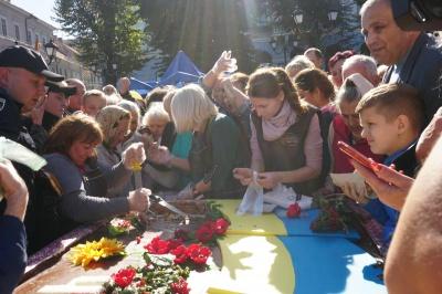 Знесли намет і фотофон: на Центральній площі роздавали стокілограмовий  торт - відео