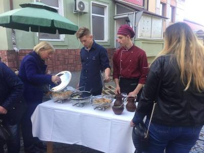 На ярмарку у Чернівцях відбулася дегустація середземноморськими стравами - фото