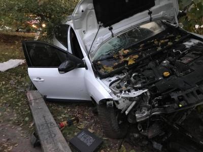 На Буковині легковик розтрощив електростовп, залишивши ціле село без електрики: водій втік з місця ДТП