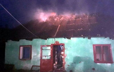 На Буковині горів житловий будинок: вогонь знищив дах та майно - фото