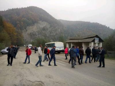 На Прикарпатті жителі знову перекрили дорогу на Чернівці, бо влада не виділила кошти на ремонт